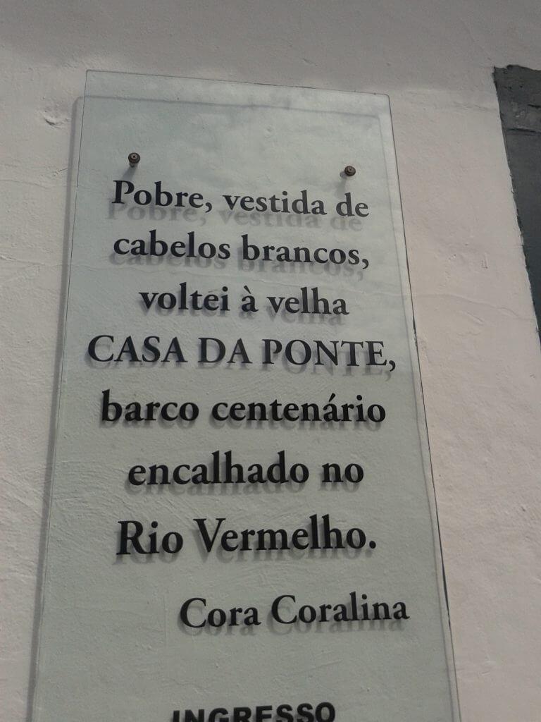 Placa com poema de Cora Coralina