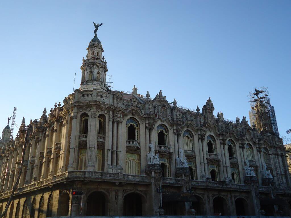 O Teatro Nacional de Cuba é um marco arquitetônico em Havana