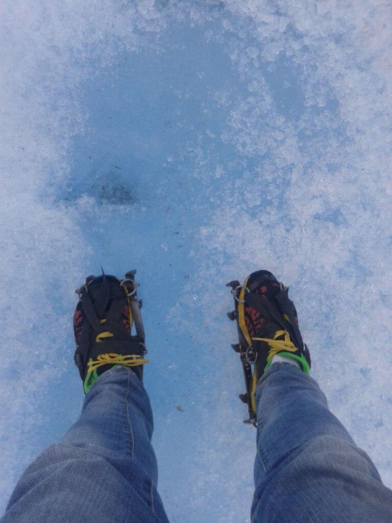Usando os grampones durante o mini trekking ao Glaciar Perito Moreno na Argentina