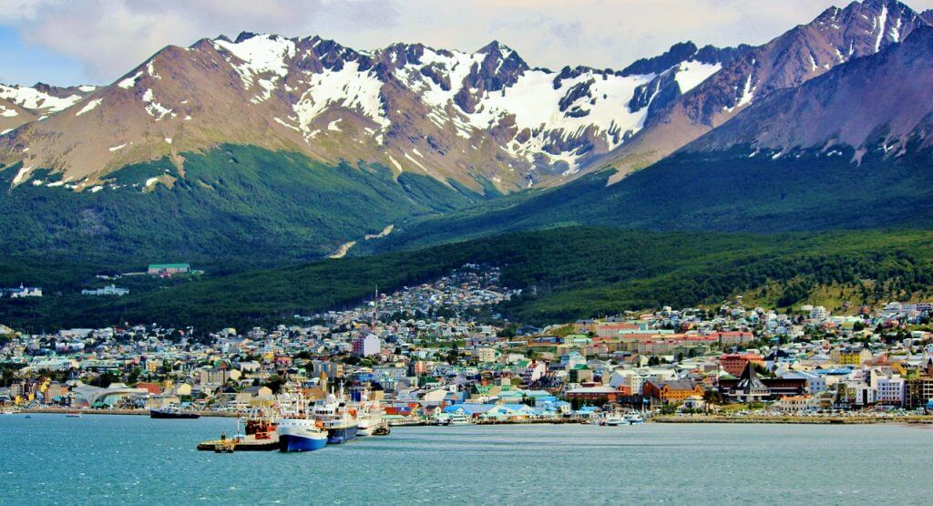 A cidade de Ushuaia cercada pelas montanhas do Fim do Mundo