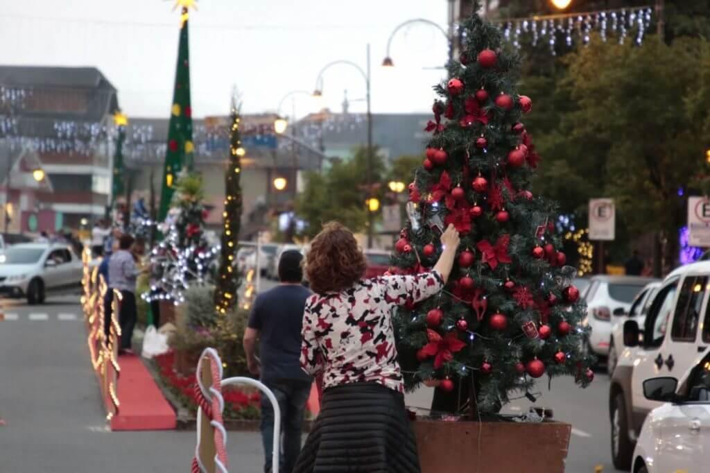 A comunidade toda se organizada para deixar a cidade ainda mais bonita no Natal