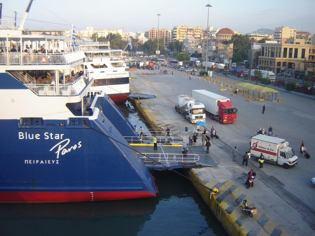 Os ferries saindo do Porto de Piraeus em Atenas