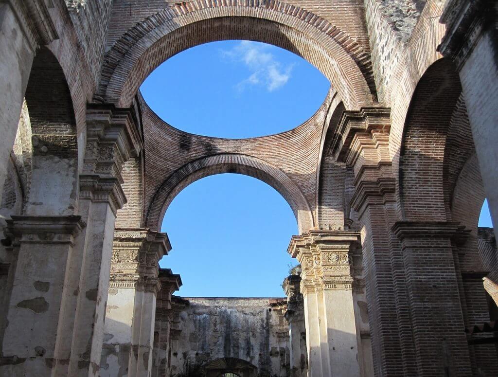Antígua já foi destruída por vários terremotos, muitas das construções estão em ruínas, mesmo assim a cidade não perde seu charme