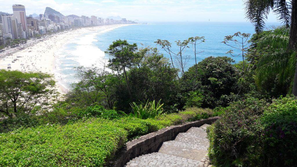 Escadas de pedra e o lindo visual desde o Parque Dois Irmãos