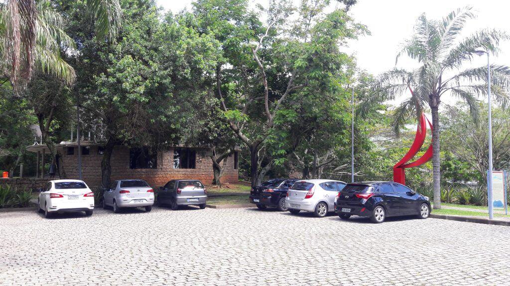 Um dos estacionamentos do parque