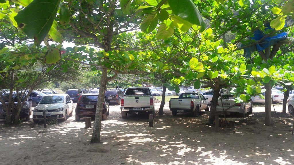 O estacionamento improvisado bem perto da praia