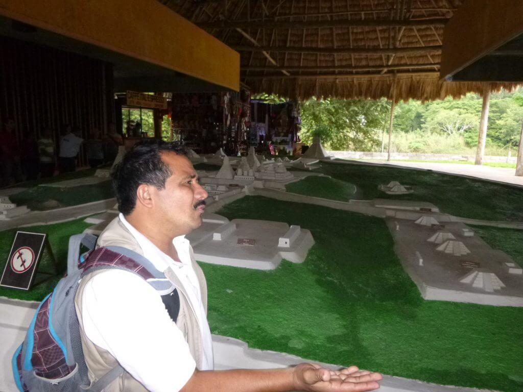 Nosso simpático guia que fazia de tudo pra gente aproveitar Tikal
