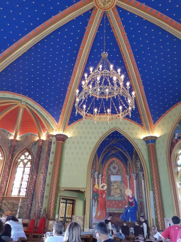 Cada canto da Igreja é decorado com ricos detalhes