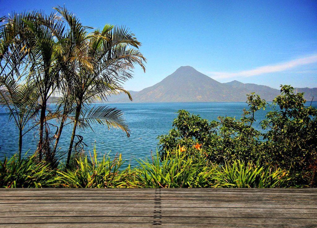 Considerado um dos lagos mais bonitos do mundo, o Atitlán é cercado por vulcões