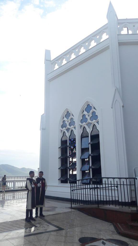 Jovens com túnicas fazem a simpática recepção logo na entrada da Igreja