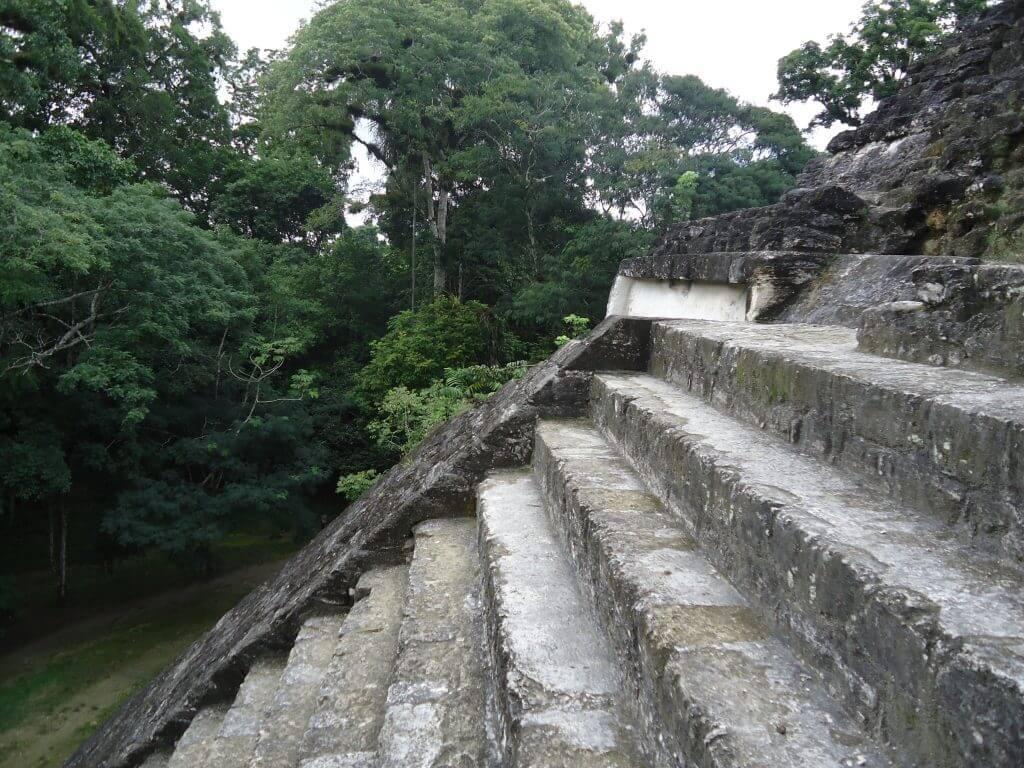 A mistura de natureza e ruínas maias em Tikal