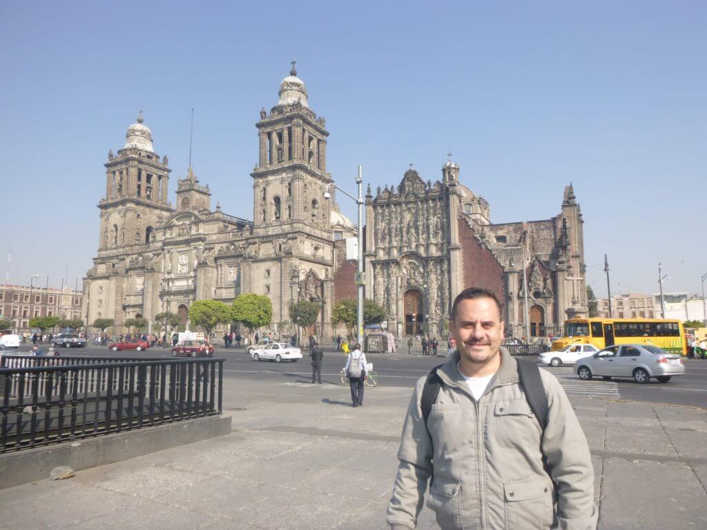 A enorme e impressionante Praça do Zocalo