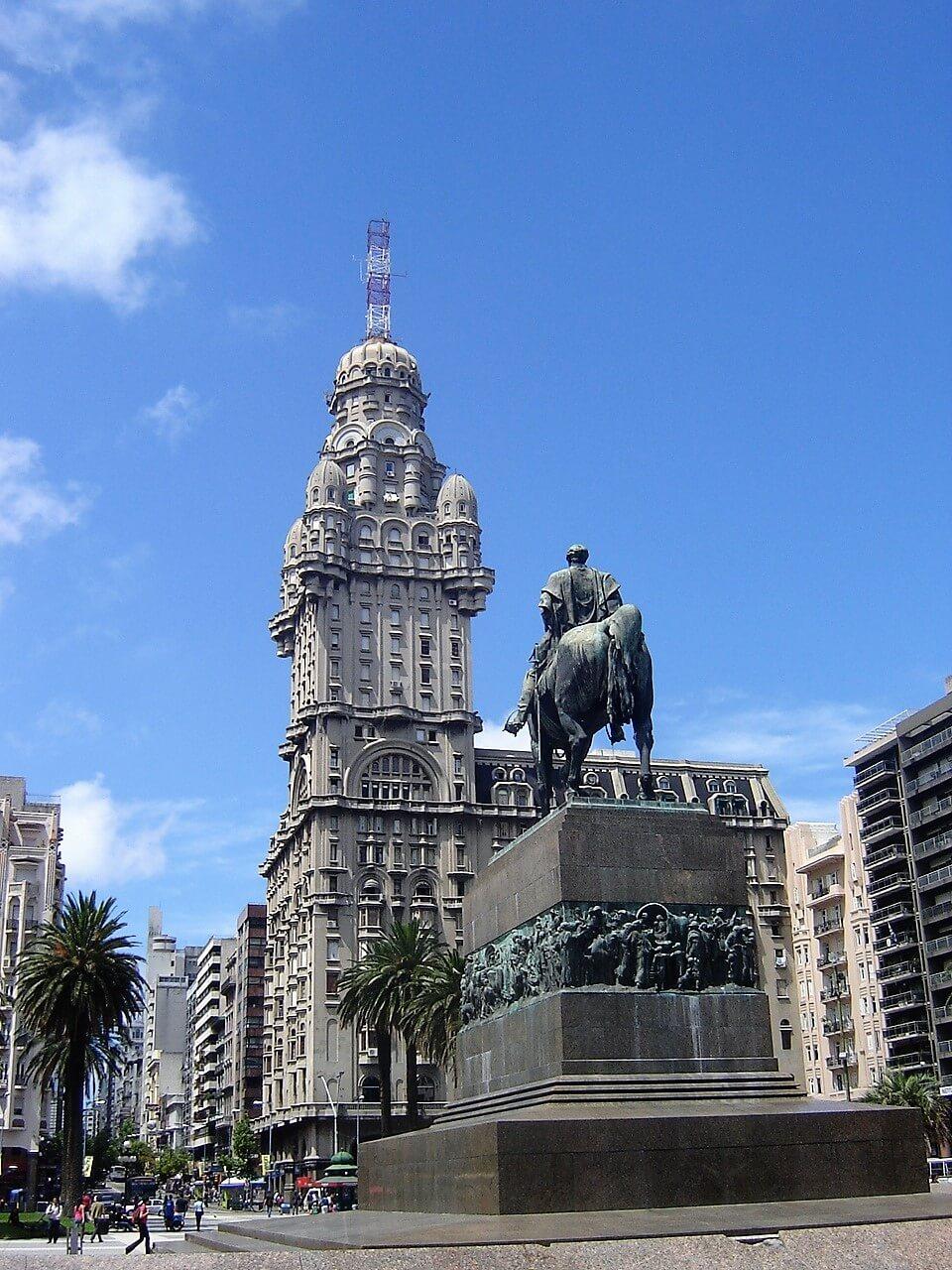 A Praça Independência com o Palácio Salvo e o mausoléu