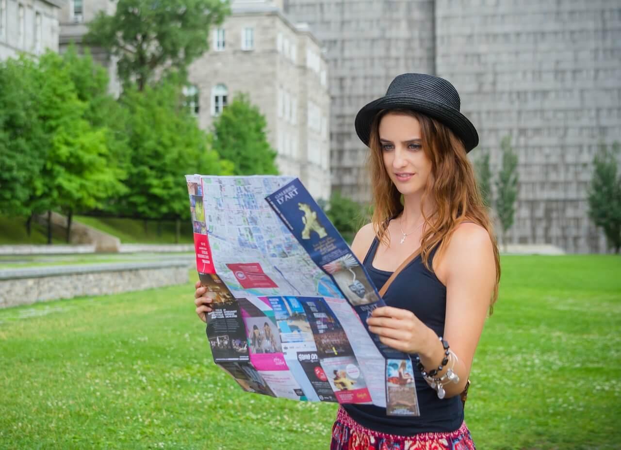 Mulher olhando o mapa