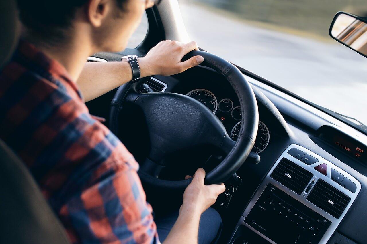 Vendi meu carro para viajar: homem dirigindo